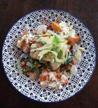 Aziatische gepocheerde kip met gepofte zoete aardappel, wok groenten en een kokossaus.