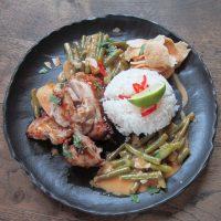 Gelakte kippendijenfilet uit de oven geserveerd met sajoer boontjes , witte rijst en kroepoek Sayur.