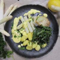 Gebakken kabeljauw met asperges en lamsoor , krieltjes met peterselie en een Hollandaise saus.
