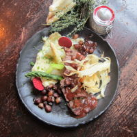 Gegrilde lamsfilet met groene en witte asperges, aardappel mousseline, gekonfijte zilveruitjes en een tijm saus.