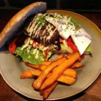 Arabische Lamsburger op een Turks broodje met feta, salade, rode biet, knoflook-komijn-mayonaise en zoete aardappelfrietjes
